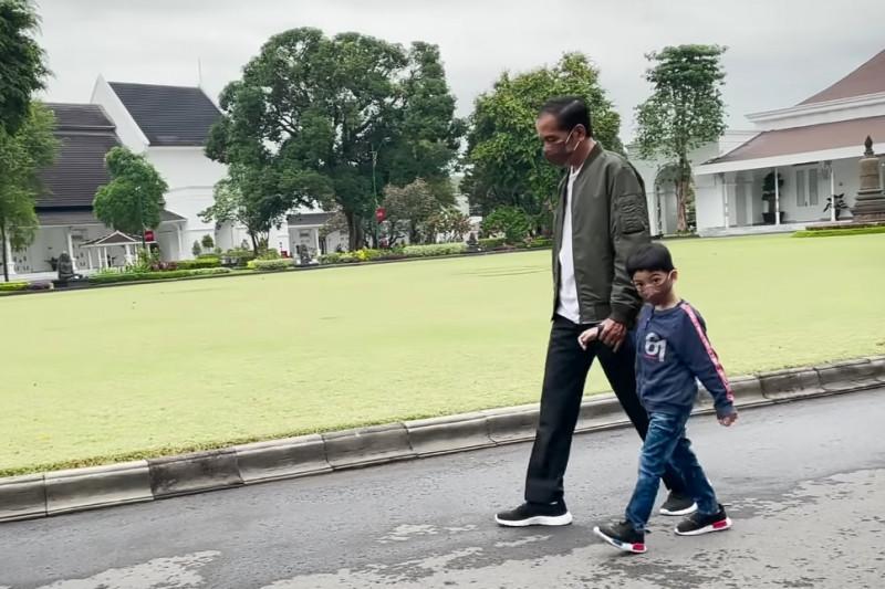 Lihat Gayanya Jan Ethes Jalan Bersama Presiden Jokowi, Sudah Gede ya