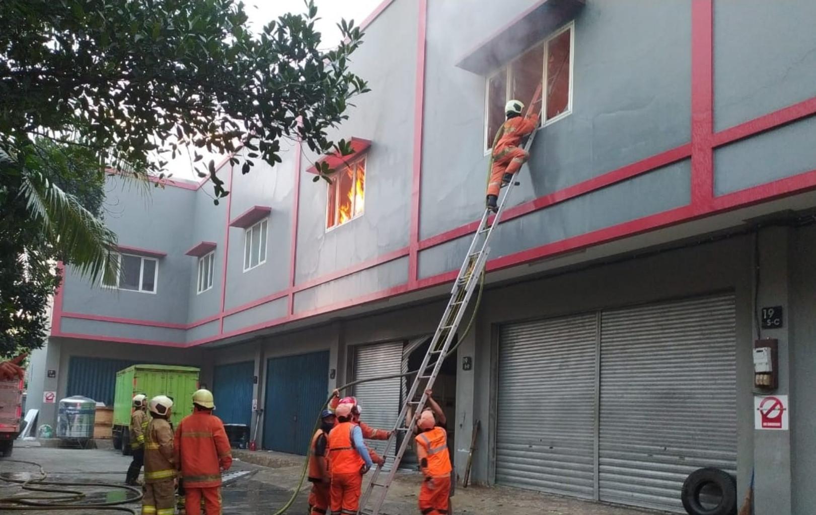 Gudang Tinta di Kalideres Jakbar Terbakar