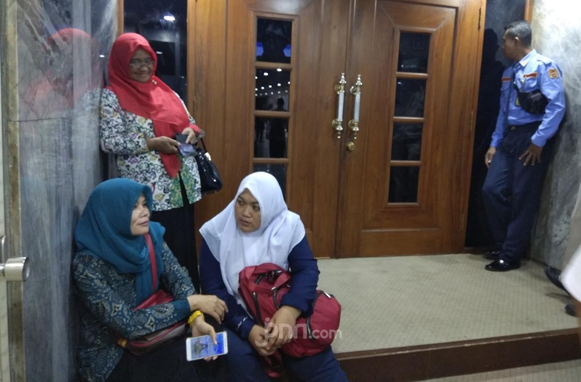 Kisah Titi dan Nurbaitih, Rela Meninggalkan Ortu yang Sakit demi Honorer K2 - JPNN.com
