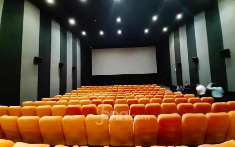 Bioskop Dibuka Lagi, Suami Istri juga Jaga Jarak?