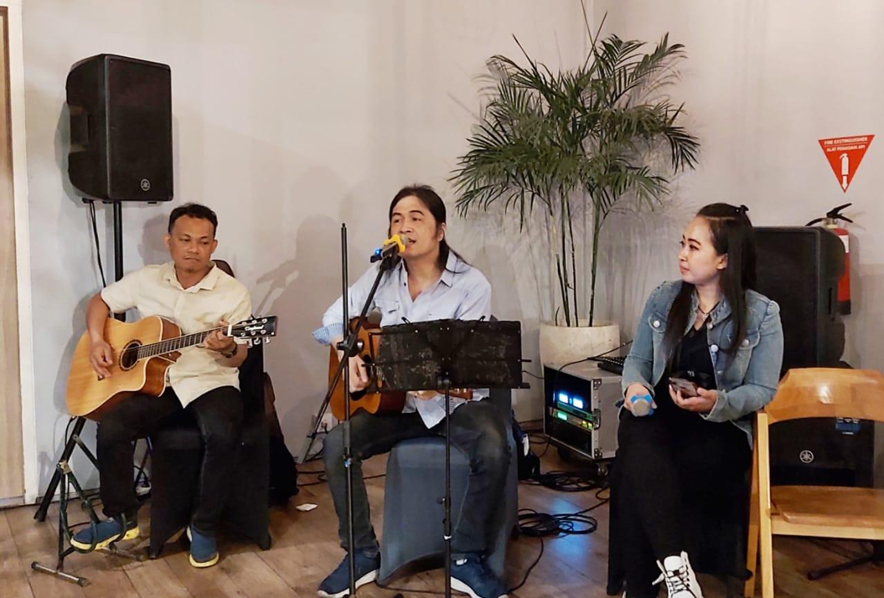 Nyanyikan Lagu Nanggala 402 Abadi di Samudra, Royke Disambut Antusiasme - JPNN.com