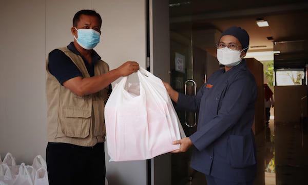 Detak Kehidupan dari Balik Tenda Biru, Sukarelawan Kemensos Siapkan Ribuan Makanan Siap Saji di Masa Kedaruratan - JPNN.com
