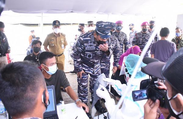 TNI AL Lakukan Vaksinasi Kepada Masyarakat Maritim Muara Gembong - JPNN.com