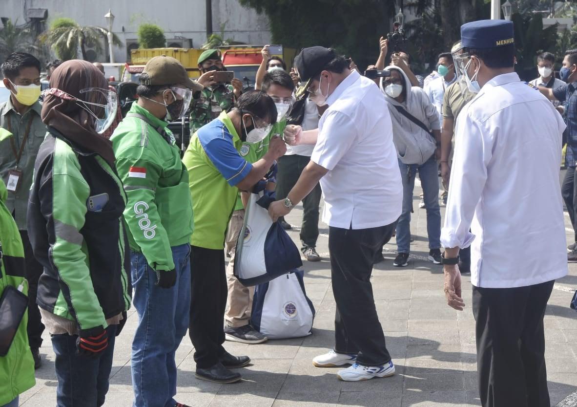 Menko Airlangga Turun Langsung Bagikan Bantuan kepada Pengemudi Transportasi Umum di Bogor - JPNN.com