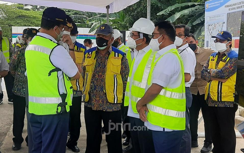 3 Anak Buah Jokowi dan Anies Baswedan Ketemu di Pinggir Kali Ciliwung, Ada Apa ya?
