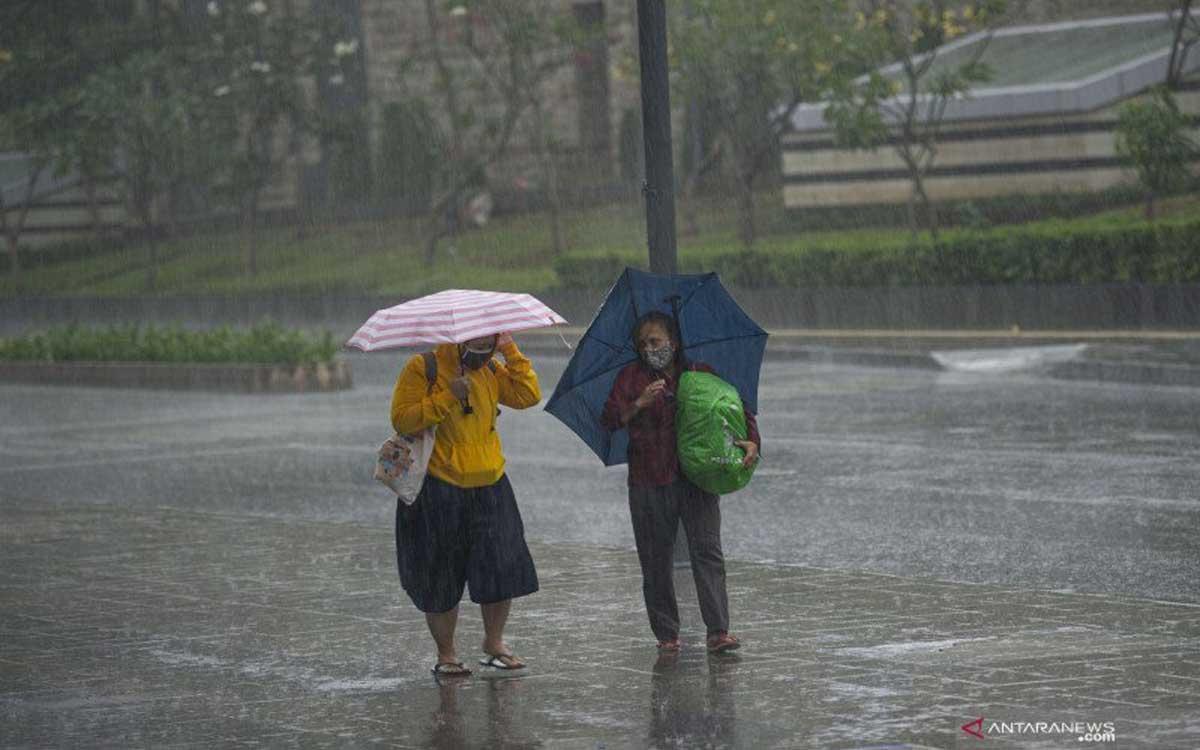 BMKG: Wilayah Jatim akan Dilanda Hujan Lebat Disertai Petir dan Angin Kencang - JPNN.com Jatim
