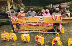 Idris Laena Bagikan 3.000 Paket Bantuan bagi Warga Terdampak PPKM di Dapilnya - JPNN.com